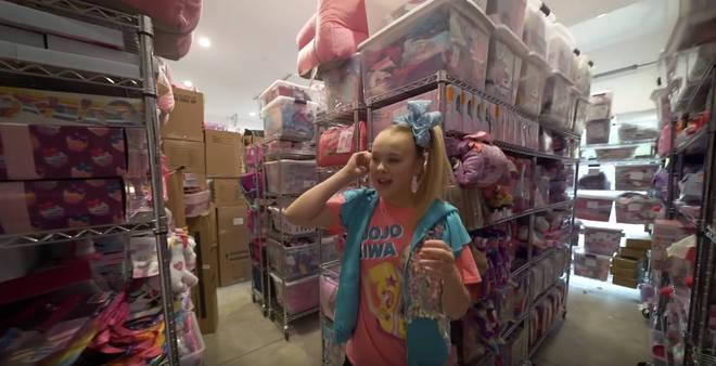 "JoJo Siwa&squot;s house has a merch ""store"" and it&squot;s huge"