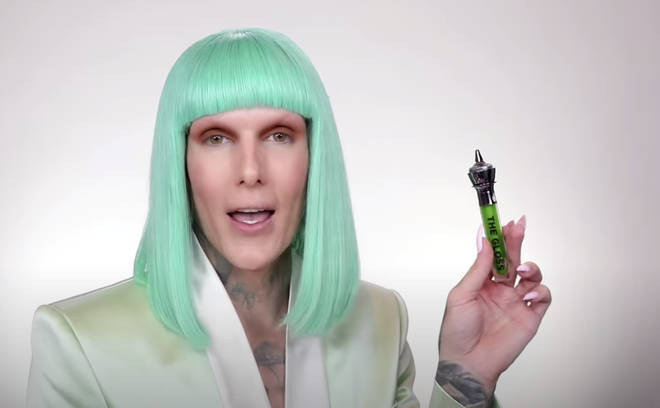 Jeffree Star shows off green 'Slime Glossin'' lip gloss