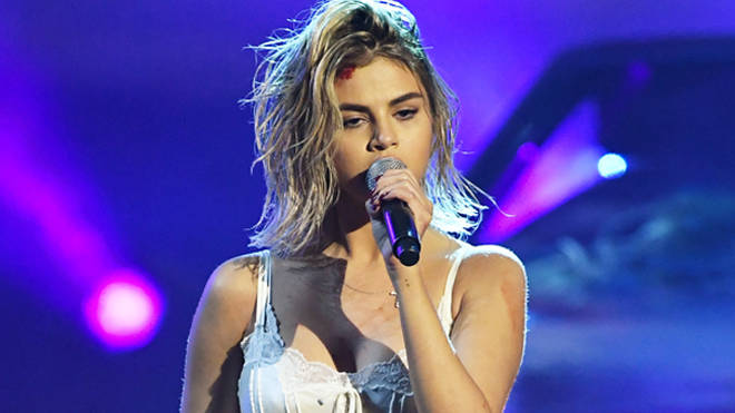 Selena Gomez performes 'Wolves' At the AMAs